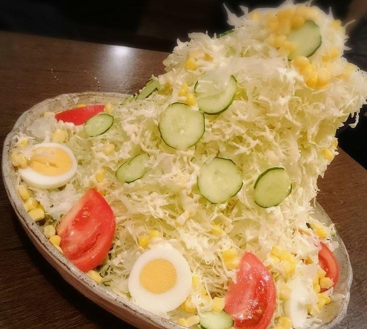 そびえ立つバカ盛り野菜サラダ