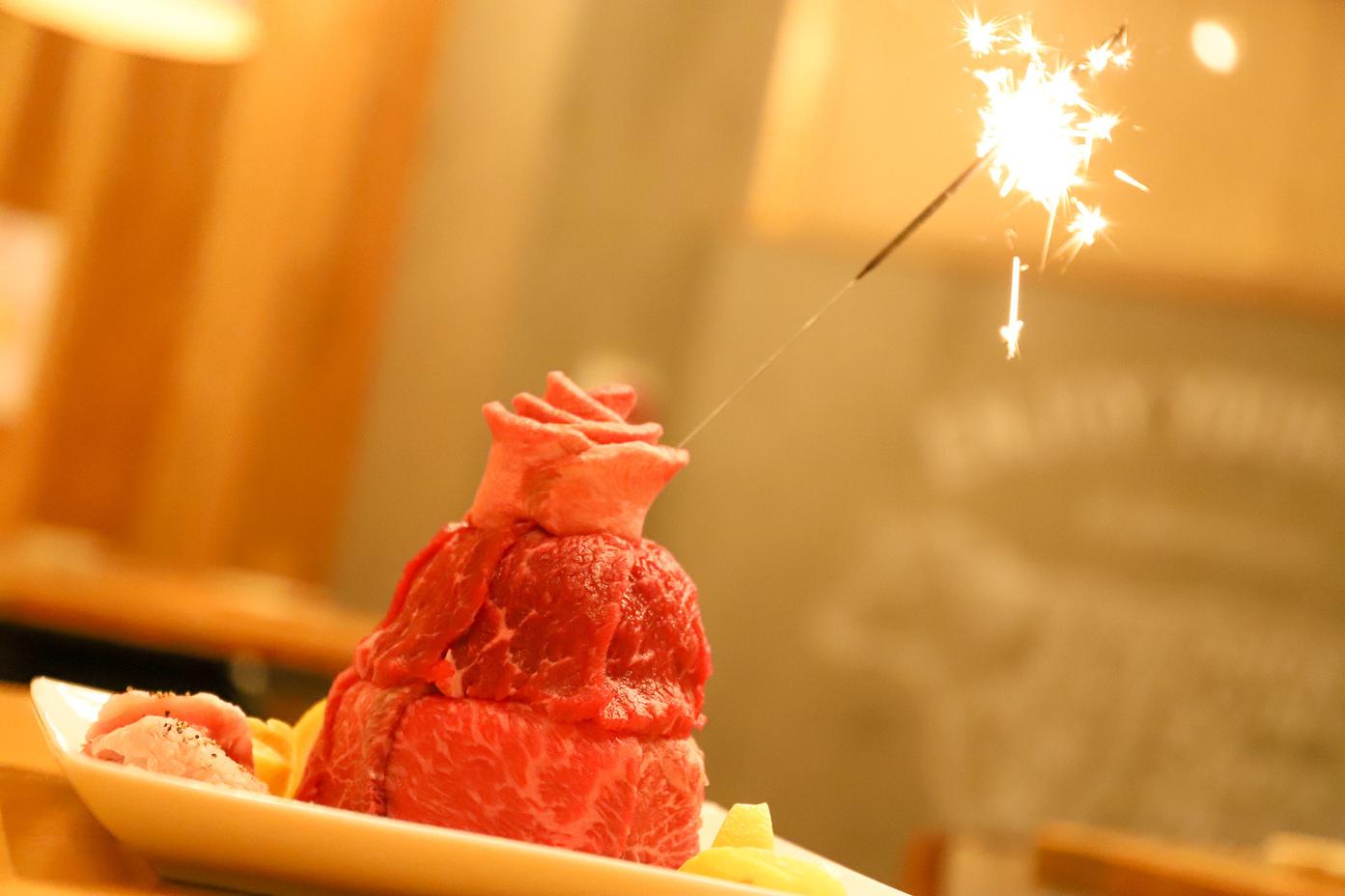 肉まみれなら、記念日などのお祝いも肉ケーキで。
