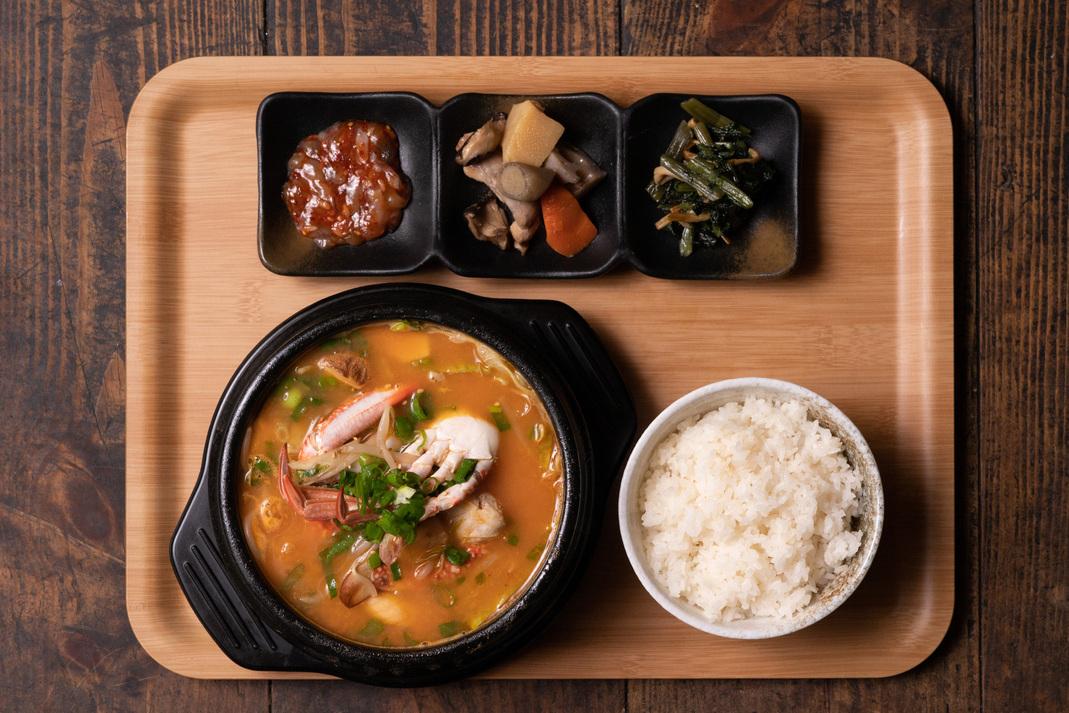 選べるチゲ鍋ランチセット海鮮 or ホルモン 2種類から選べる!韓国総菜付き!
