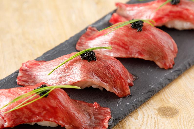 キャビアの乗った特選肉寿司。コース料理でお召し上がりください。