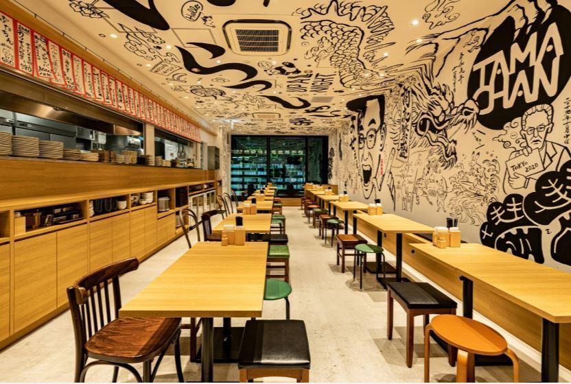 壁と天井に描かれた大迫力の絵が描かれています!ポップで広々とした店内!