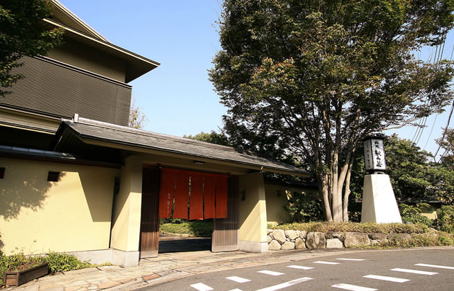 福岡の市街地を見下ろせる緑豊かな桜坂の高台に佇む一軒家料亭「桜坂観山荘」