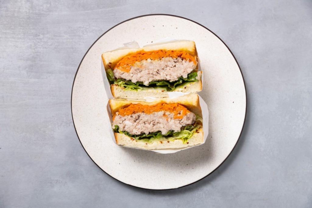 ポークリエットとキャロットラペのサンドイッチ