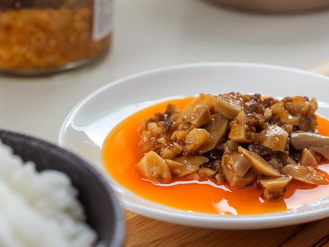 にんにくや生姜が醤油、ラー油、唐辛子などで味付けされています