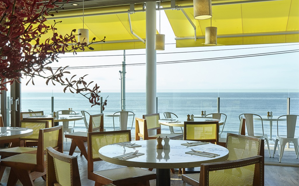 湘南の海と江ノ島が一望できるオーシャンビューを目の前にお料理をお楽しみいただけるテラス席。