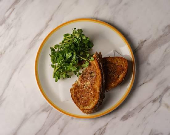 [朝食・ランチデリバリーメニュー] モッツァレラとセージバターのホットサンドイッチ