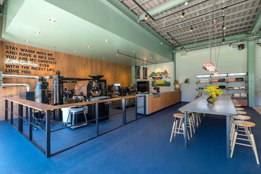 店内はインダストリアルなイメージの倉庫跡地をリノベーションした、コーヒーをスペシャルにするための空間。